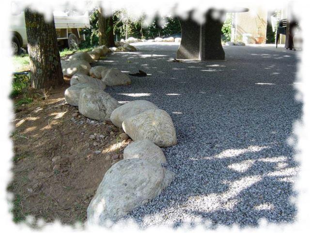 Des gros galets et du gravier de granit for Idees de jardin avec des galets